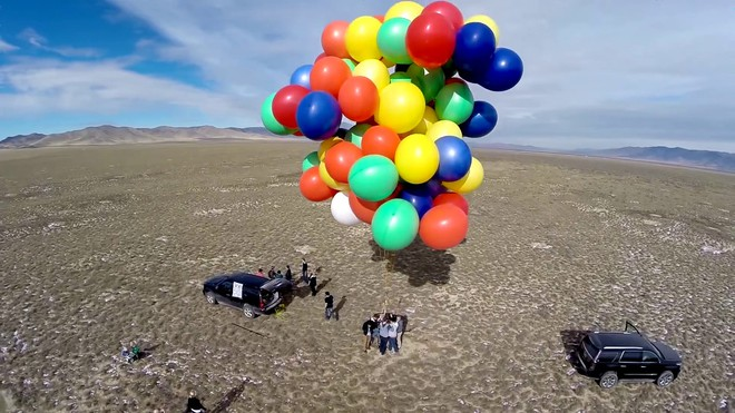 Cần bao nhiêu quả bóng bay để có thể nâng 1 người trưởng thành bay lên trời? - Ảnh 2.