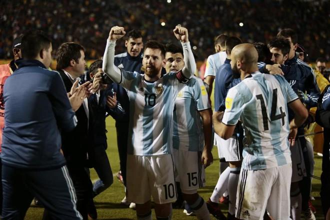 Biếm họa Messi cõng cả tuyển Argentina trên lưng - Ảnh 1.