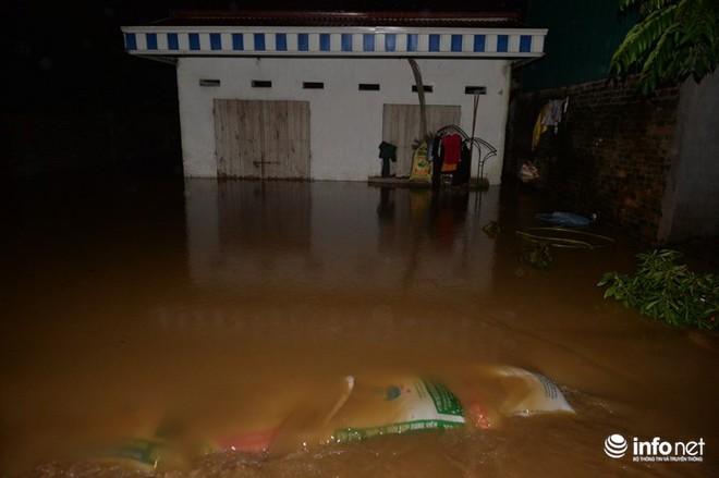 Hà Nội: Nước ngập lút nhà, dân trắng đêm sơ tán tài sản  - Ảnh 2.