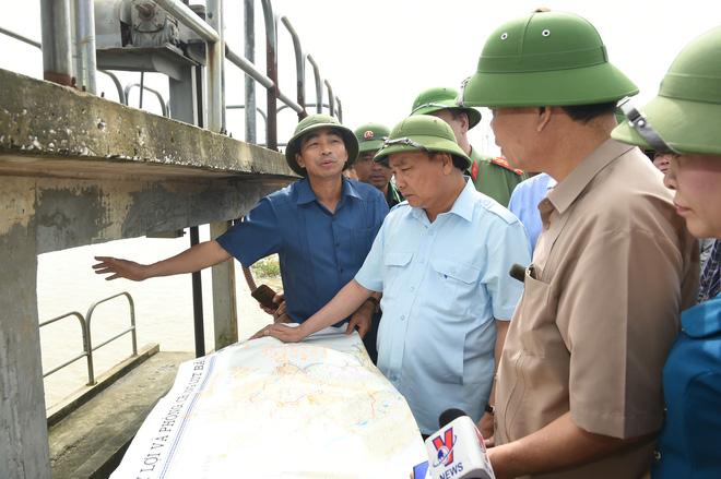 Hủy mọi cuộc họp, Thủ tướng đi thị sát, chỉ đạo hộ đê tại Ninh Bình - Ảnh 1.