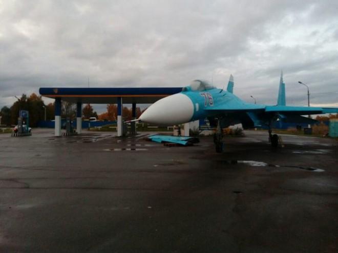 Chuyện lạ: Tiêm kích Su-27 ghé trạm xăng trên đường cao tốc xin nhiên liệu? - Ảnh 1.