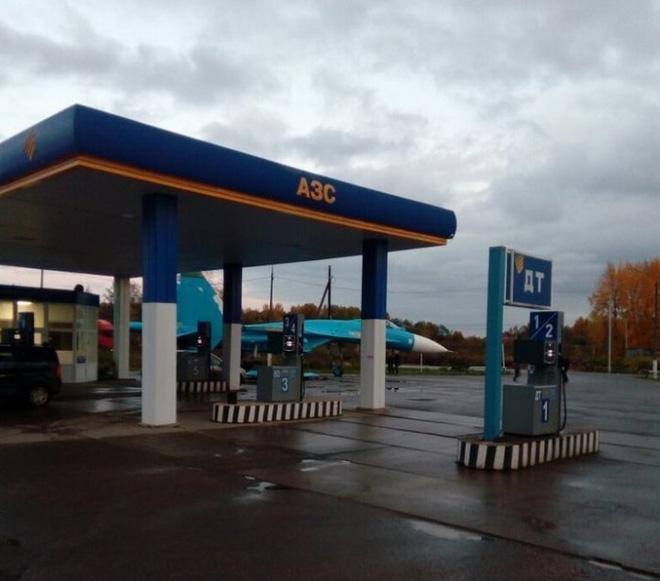 Chuyện lạ: Tiêm kích Su-27 ghé trạm xăng trên đường cao tốc xin nhiên liệu? - Ảnh 2.