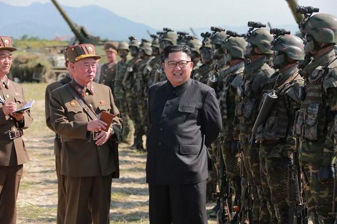 Ảnh hiếm đặc nhiệm Triều Tiên tập trận đổ bộ chiếm đảo - Ảnh 1.
