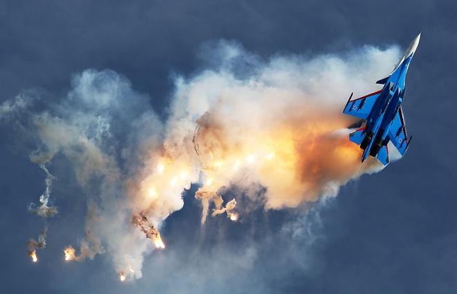 Phi công đẳng cấp nhất của đội bay Hiệp sĩ Nga với Su-30SM tham chiến, diệt máy bay lạ - Ảnh 1.
