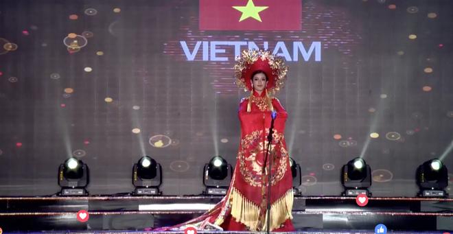 Clip: Huyền My mặc quốc phục hoành tráng, tỏa sáng trên sân khấu Miss Grand International 2017 - Ảnh 1.