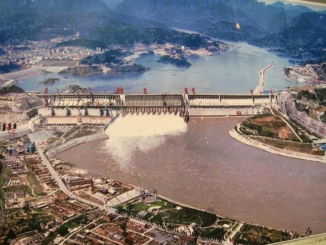 Cận cảnh xả lũ ở đập thủy điện lớn nhất thế giới mạnh ngang 15 lò phản ứng hạt nhân - Ảnh 1.