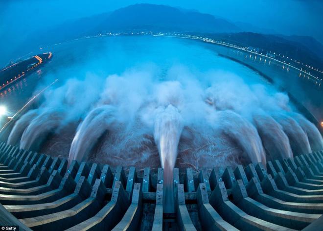 Cận cảnh xả lũ ở đập thủy điện lớn nhất thế giới mạnh ngang 15 lò phản ứng hạt nhân - Ảnh 2.