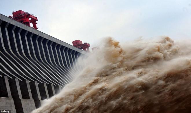 Cận cảnh xả lũ ở đập thủy điện lớn nhất thế giới mạnh ngang 15 lò phản ứng hạt nhân - Ảnh 5.