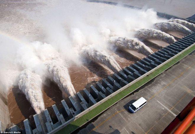 Cận cảnh xả lũ ở đập thủy điện lớn nhất thế giới mạnh ngang 15 lò phản ứng hạt nhân - Ảnh 6.