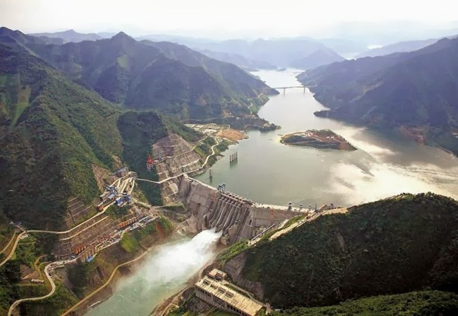 Cận cảnh xả lũ ở đập thủy điện lớn nhất thế giới mạnh ngang 15 lò phản ứng hạt nhân - Ảnh 7.