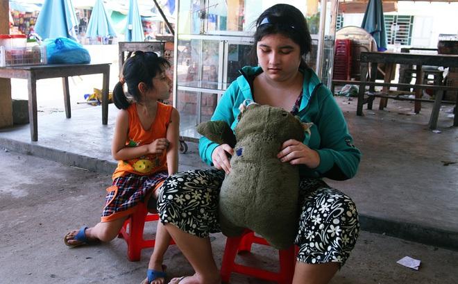 Người mẹ quét rác và 2 đứa trẻ thiểu năng suốt 10 năm ôm con gấu bông rách vì tưởng là… bố