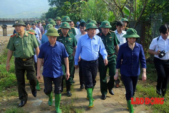 Hình ảnh xúc động: Phó Thủ tướng Trương Hòa Bình thắp hương cho nạn nhân bị lũ cuốn bên dòng suối Thia - Ảnh 1.