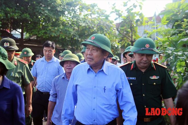 Hình ảnh xúc động: Phó Thủ tướng Trương Hòa Bình thắp hương cho nạn nhân bị lũ cuốn bên dòng suối Thia - Ảnh 2.