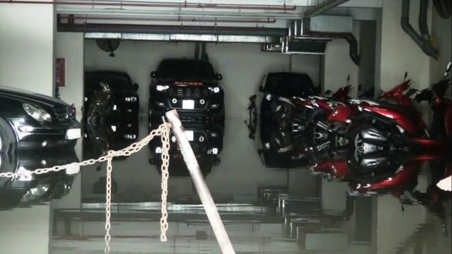 Nước nhấn chìm cả trăm xe máy, ô tô trong chung cư - Ảnh 2.