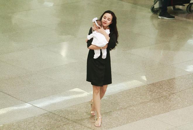 Vy Oanh lần đầu công khai lộ diện với ông xã, cả gia đình cùng trở về từ Mỹ thăm mẹ ốm nặng - Ảnh 1.