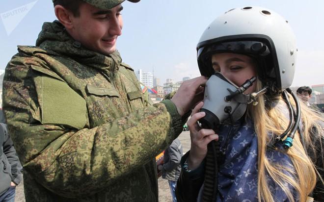 """Những quý cô đam mê vũ khí """"xâm chiếm"""" triển lãm quốc phòng thế giới - Ảnh 5."""