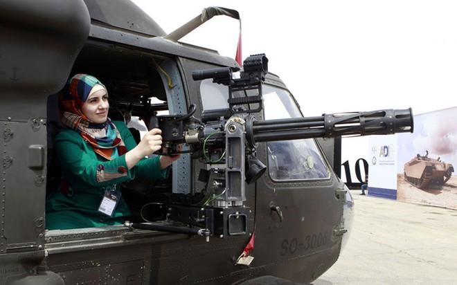 """Những quý cô đam mê vũ khí """"xâm chiếm"""" triển lãm quốc phòng thế giới - Ảnh 8."""