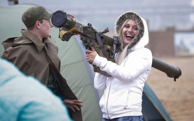 """Những quý cô đam mê vũ khí """"xâm chiếm"""" triển lãm quốc phòng thế giới - Ảnh 11."""