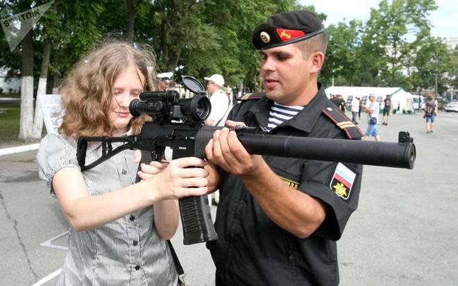 """Những quý cô đam mê vũ khí """"xâm chiếm"""" triển lãm quốc phòng thế giới - Ảnh 14."""