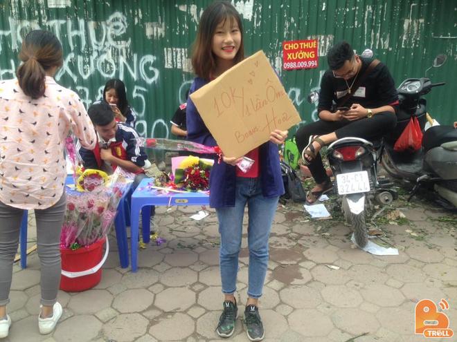 Thực hư chuyện nữ sinh ĐH Công nghiệp ôm bảng 10.000 đồng một lần ôm, tặng thêm hoa ngày 20/10 - Ảnh 2.