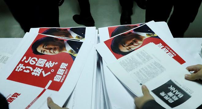 Thủ tướng Shinzo Abe tiến tới chiến thắng áp đảo: Chiến thuật cũ nhưng kinh điển - Ảnh 1.