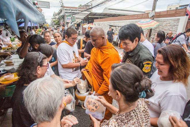 Thánh Muay Thái Buakaw quét chùa, đi khất thực được cảnh sát hộ tống - Ảnh 2.