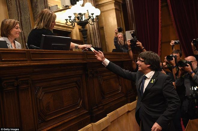 Nghị viện Catalonia tuyên bố ly khai khỏi Tây Ban Nha - Ảnh 1.