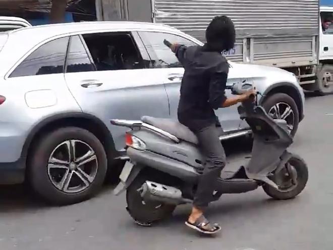 Công an truy tìm kẻ điên cuồng chặt kính ô tô ở Sài Gòn - Ảnh 2.