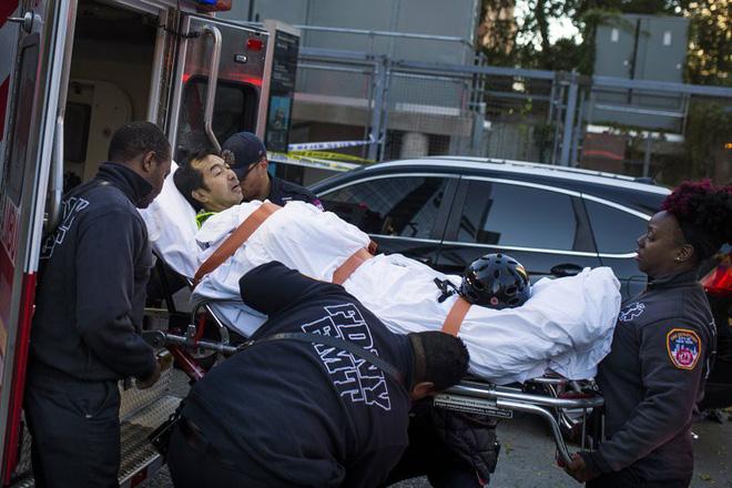 New York: Khủng bố gần địa điểm vụ 11/9, 8 người thiệt mạng, thủ phạm hét Allahu Akbar - Ảnh 3.