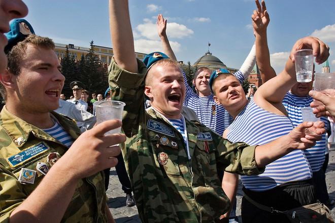 Học viên xe tăng VN ở Nga: Bao khoai tây ngoài bờ rào và cuộc gặp bất ngờ ở quán bia hơi - Ảnh 2.