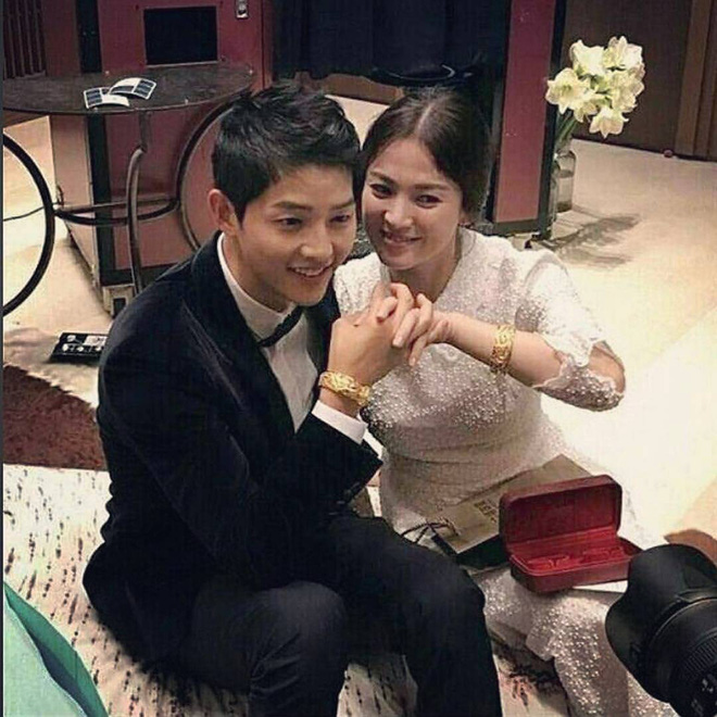 Tìm ra nhân vật quyền lực tặng đôi vòng vàng long phượng làm quà cưới cho Song Song - Ảnh 1.