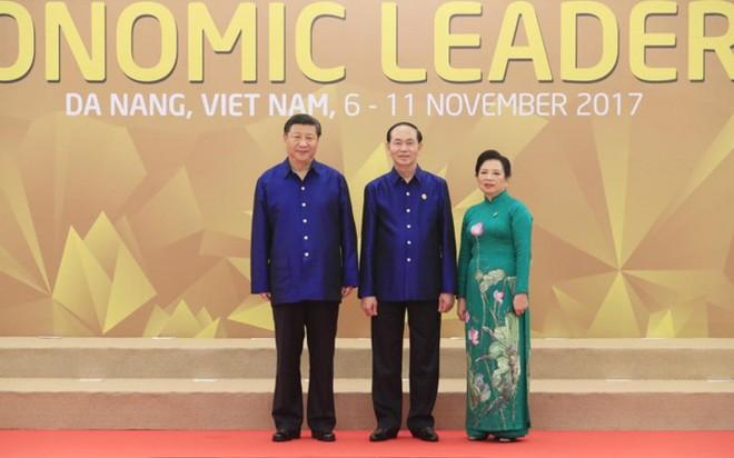 Áo tơ tằm Tổng thống Trump và lãnh đạo APEC mặc dự tiệc có gì đặc biệt - Ảnh 2.