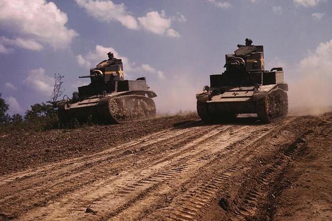 Loạt ảnh màu ấn tượng về xe tăng cổ của Mỹ huấn luyện trên thao trường - Ảnh 1.