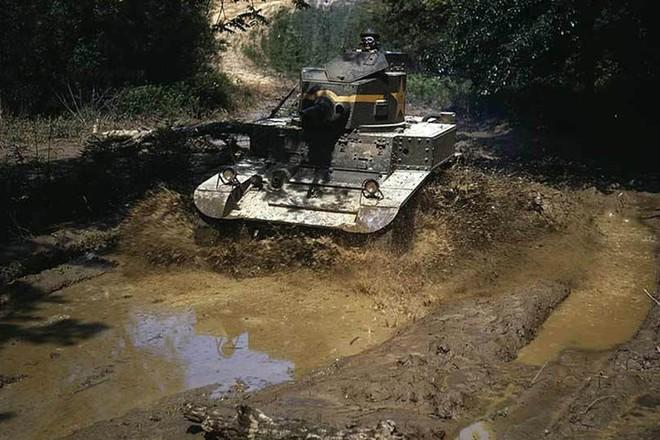 Loạt ảnh màu ấn tượng về xe tăng cổ của Mỹ huấn luyện trên thao trường - Ảnh 3.