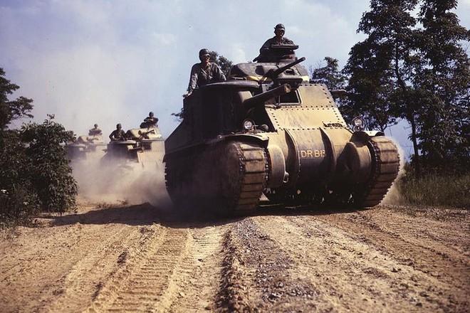 Loạt ảnh màu ấn tượng về xe tăng cổ của Mỹ huấn luyện trên thao trường - Ảnh 4.