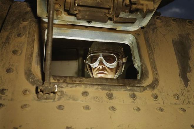 Loạt ảnh màu ấn tượng về xe tăng cổ của Mỹ huấn luyện trên thao trường - Ảnh 6.