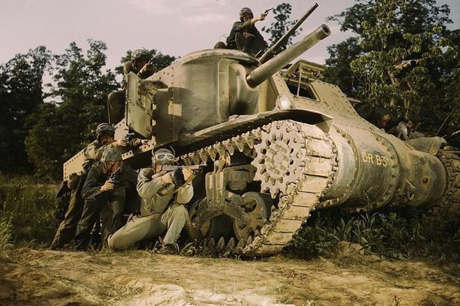 Loạt ảnh màu ấn tượng về xe tăng cổ của Mỹ huấn luyện trên thao trường - Ảnh 8.