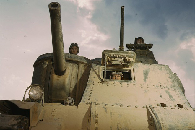 Loạt ảnh màu ấn tượng về xe tăng cổ của Mỹ huấn luyện trên thao trường - Ảnh 9.