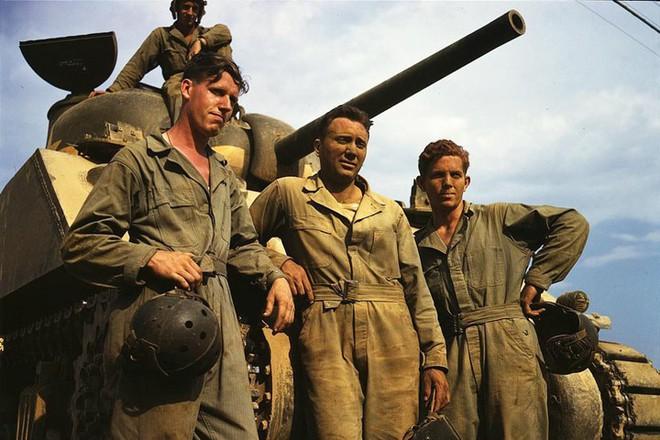 Loạt ảnh màu ấn tượng về xe tăng cổ của Mỹ huấn luyện trên thao trường - Ảnh 11.