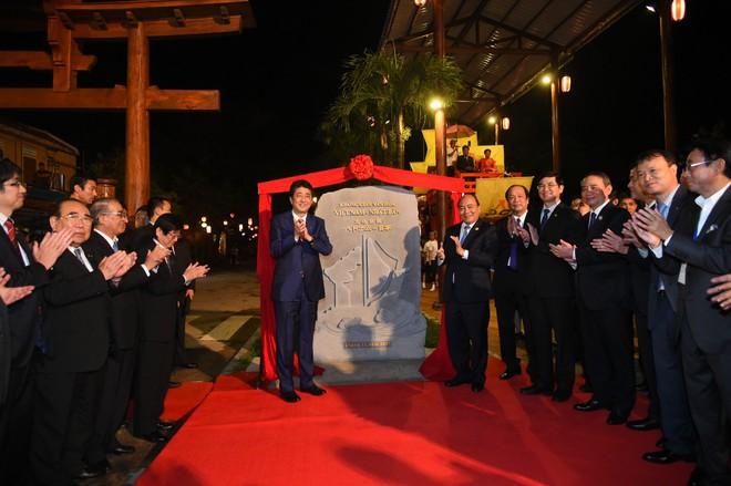 Thủ tướng Việt Nam, Nhật Bản tản bộ ở Hội An, tham quan thuyền hữu nghị 1