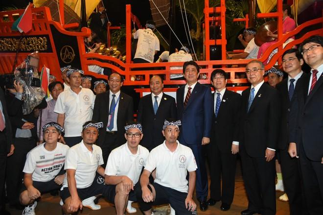 Thủ tướng Việt Nam, Nhật Bản tản bộ ở Hội An, tham quan thuyền hữu nghị 2