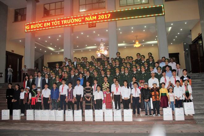 Người thầy đặc biệt - mang gạo tặng gia đình phụ huynh ngày 20.11 - Ảnh 1.
