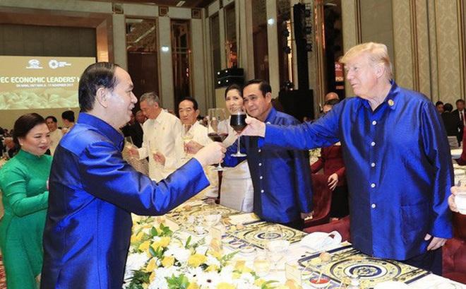 Vì sao ông Donald Trump chỉ nâng ly và nhấp môi?