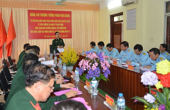 Thượng tướng Phan Văn Giang kiểm tra trung đoàn không quân 927 - Ảnh 2.