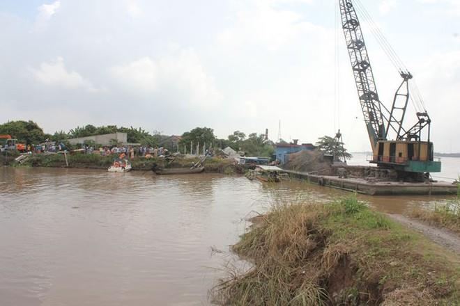 Sạt lở làm 4 căn nhà sụp xuống sông Cổ Chiên - Ảnh 1.
