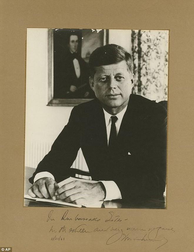 Chữ ký cuối cùng của ông Kennedy được rao bán giá khủng - Ảnh 1.