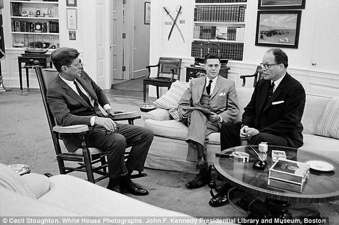 Chữ ký cuối cùng của ông Kennedy được rao bán giá khủng - Ảnh 2.