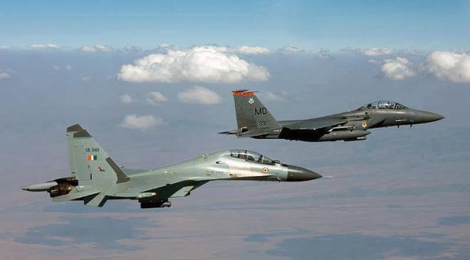 """F-15 Mỹ đối đầu Su-30SM Nga: """"Đại bàng tấn công đè bẹp vịt con""""? - Ảnh 1."""