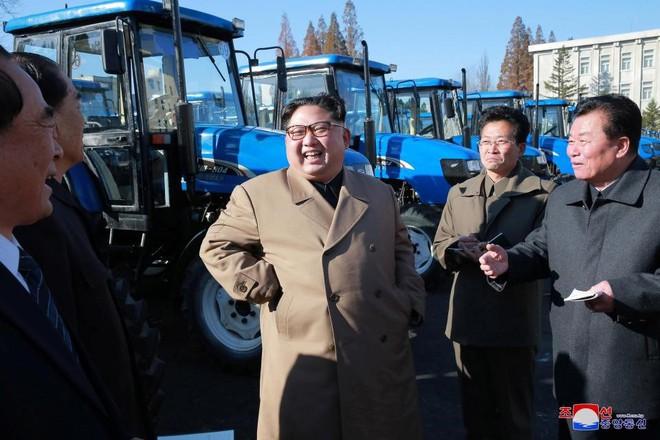 Ảnh độc: Ông Kim Jong-un tươi cười lái ngựa thép - ảnh 2