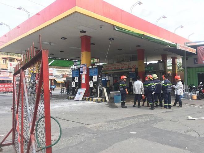 Cửa hàng xăng dầu bốc cháy, dân hốt hoảng tháo chạy - Ảnh 1.